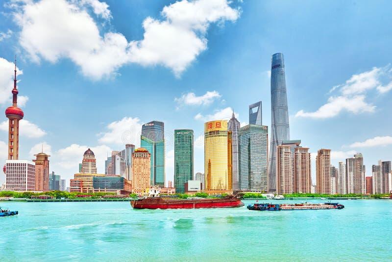 SHANGHAI, CHINA - MEI 24, 2015: Mooie meningswolkenkrabbers, water royalty-vrije stock afbeeldingen