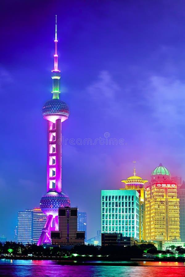 SHANGHAI, CHINA - MEI 24, 2015 Oosterse Pareltoren bij de nacht stock foto