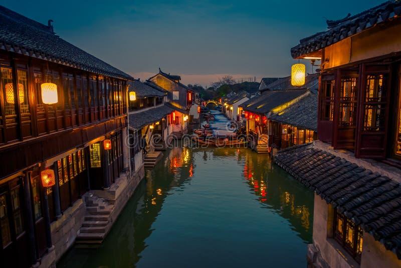 SHANGHAI, CINA: La bella luce di sera crea l'umore magico dentro la città dell'acqua di Zhouzhuang, distretto urbano antico con fotografia stock
