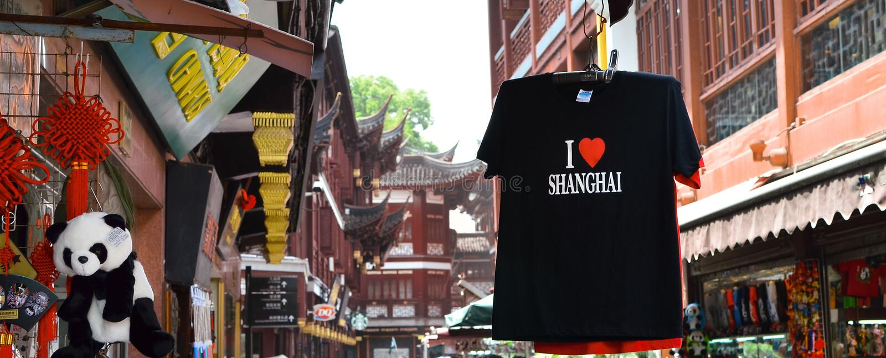 SHANGHAI, CINA - 7 maggio 2017 - maglietta del ricordo sulla via del mercato vicino al giardino di Yu, Shanghai fotografie stock libere da diritti