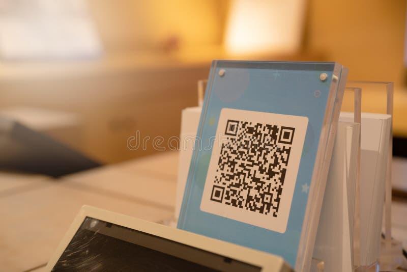 SHANGHAI, CINA - MAGGIO 2018: Pagamento di codice di Qr, acquisto online, concetto cashless di tecnologia Negozio nel centro comm fotografia stock