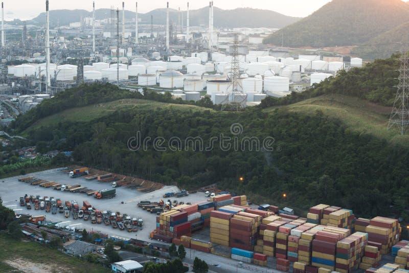 Shanghai-Containerbahnhof an D?mmerung, eine des gr??ten Frachthafens in der Welt lizenzfreie stockfotos