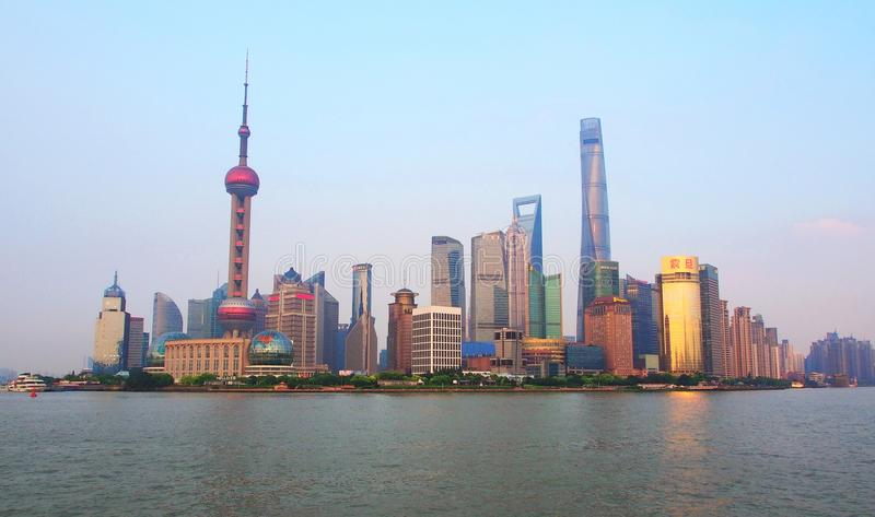 Shanghai finansiell mitt från andra sidan Shanghai Kina - royaltyfri bild