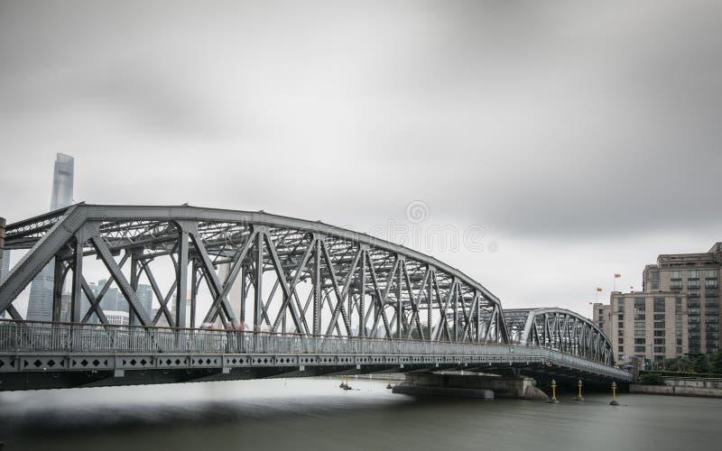 Shanghai fuori del ponte bianco fotografia stock