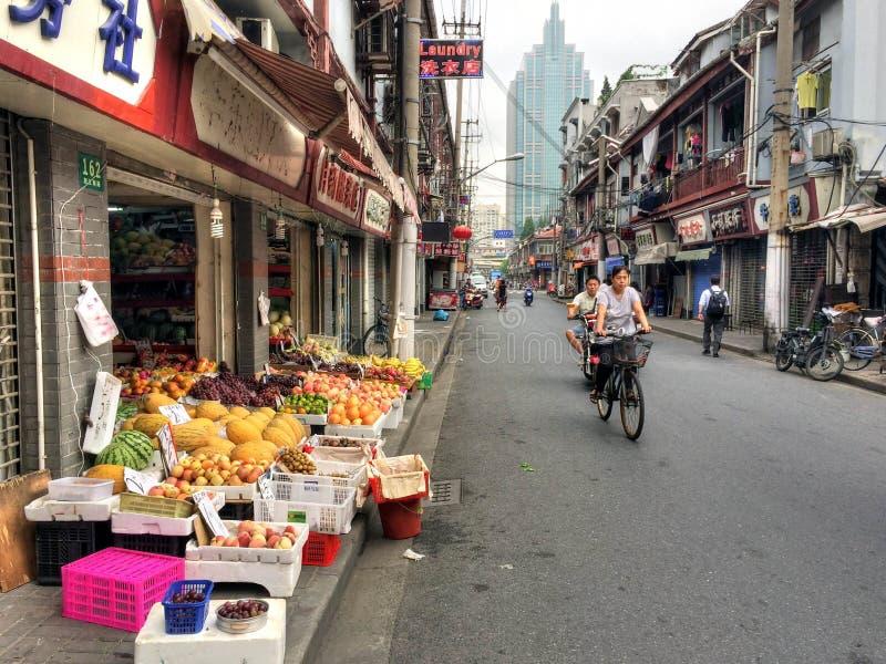 Shanghai-Gasse mit Fahrrad-Reitern lizenzfreie stockfotografie