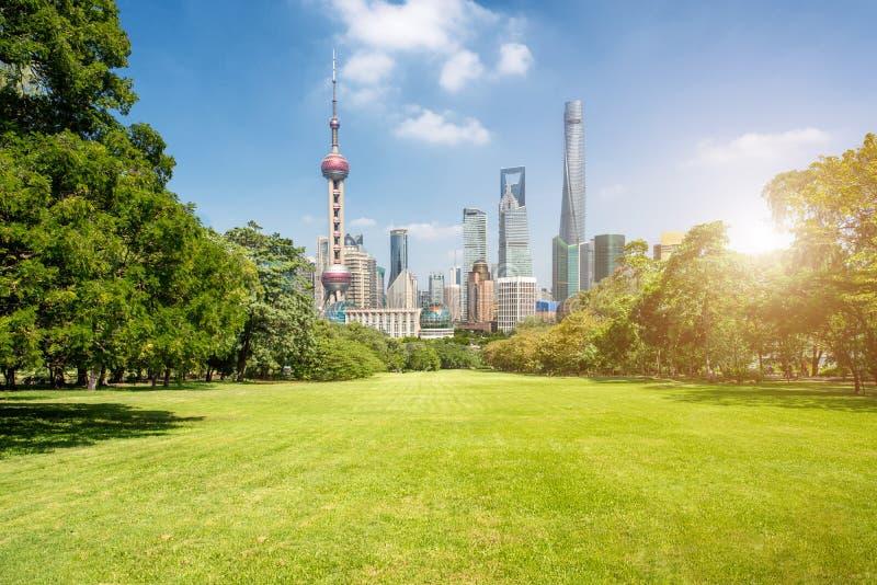 Shanghai gräsplan parkerar i den finansiella mitten för lujiazuien, Shanghai, haka royaltyfria bilder
