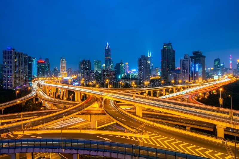 Shanghai ha elevato il bivio ed il passaggio di scambio alla notte in Cina fotografia stock libera da diritti