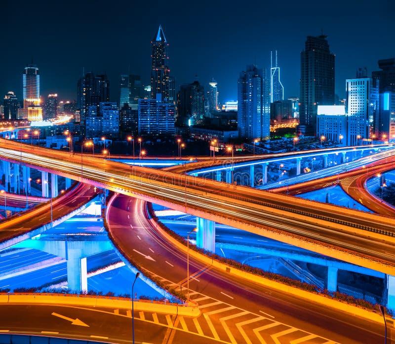Shanghai ha elevato la strada alla notte fotografie stock