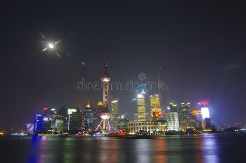 SHANGHAI - horisont för NOV. 15,2013 Shanghai i natt, Kina, bund i Shanghai royaltyfri foto