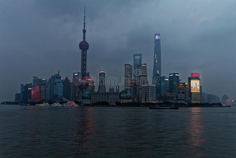 Shanghai horisont med floden royaltyfri foto