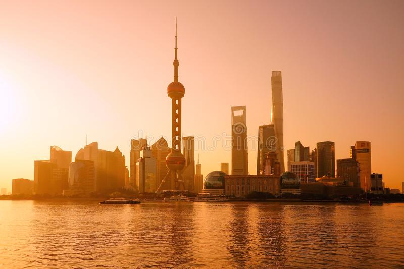 Shanghai horisont och Huangpu River med soluppgångglöd royaltyfri fotografi