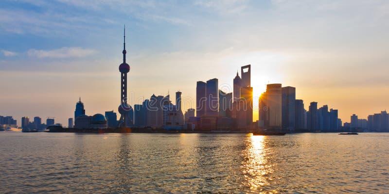 shanghai horisontsoluppgång royaltyfri fotografi
