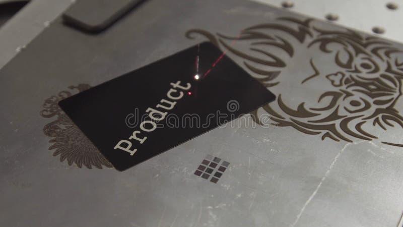SHANGHAI - JUNI 28 2018: Word Productie die met een laser van een metaalmateriaal worden gegraveerd Duidelijke actie van de laser royalty-vrije stock foto