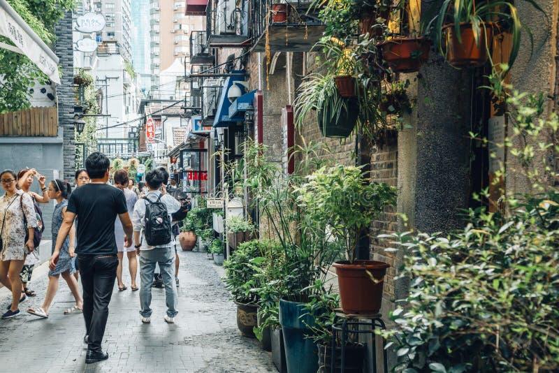Shanghai Kina - Augusti 8, 2016: härligt shoppa och tappninggränden i Tianzifang royaltyfria bilder