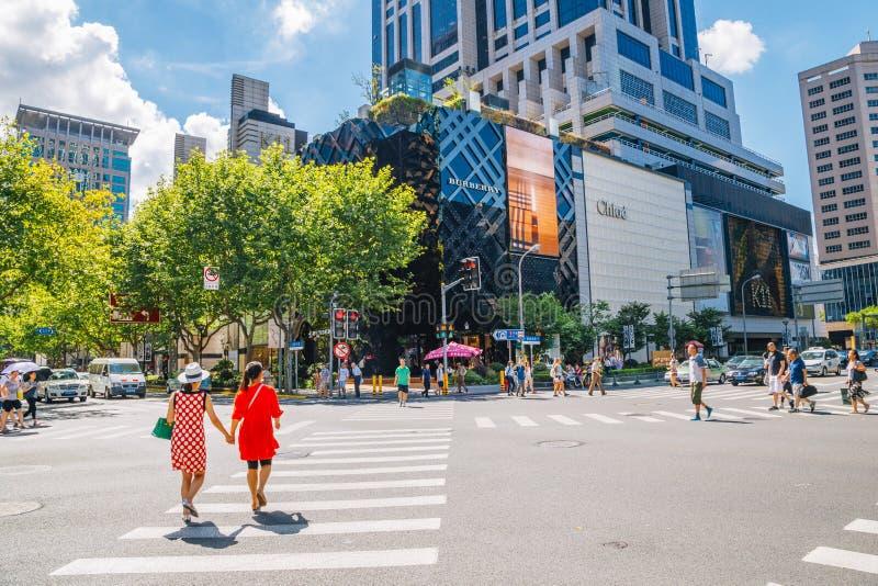 Shanghai Kina - Augusti 8, 2016: Lyxig shoppinggata och genomskärning i sommar arkivbild