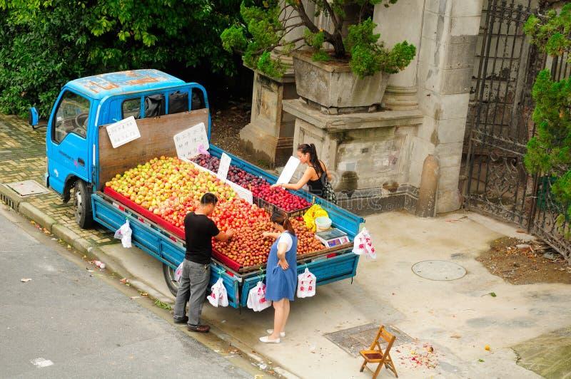 Shanghai Kina fruktförsäljare arkivfoto