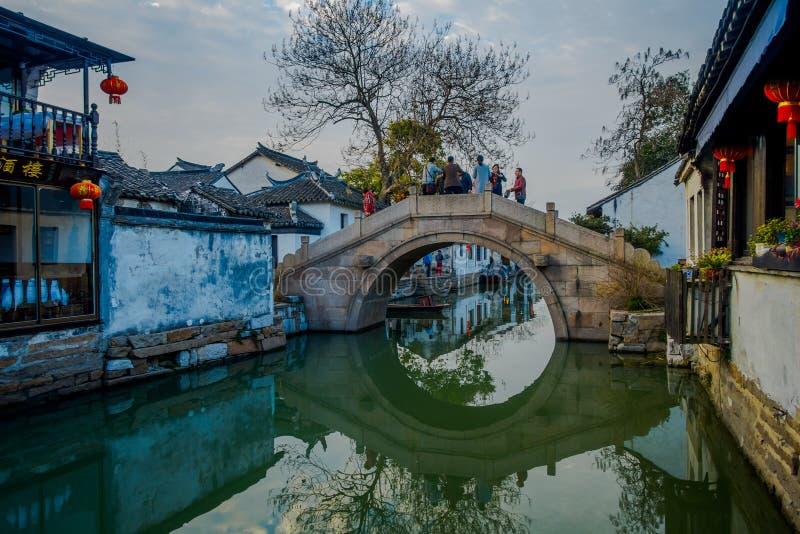 SHANGHAI KINA: Härlig liten bro lokaliserad inre Zhouzhuang vattenstad, område för forntida stad med kanaler och royaltyfri fotografi