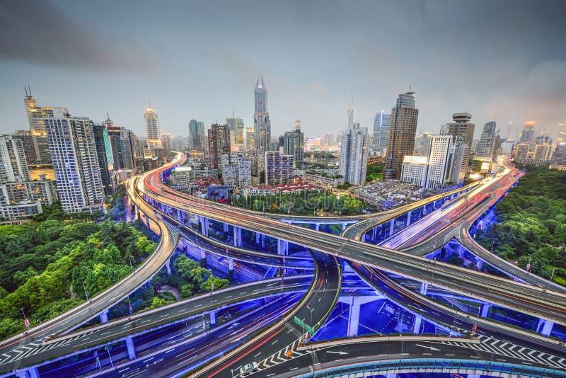 Shanghai, Kina huvudvägar och Cityscape royaltyfria foton