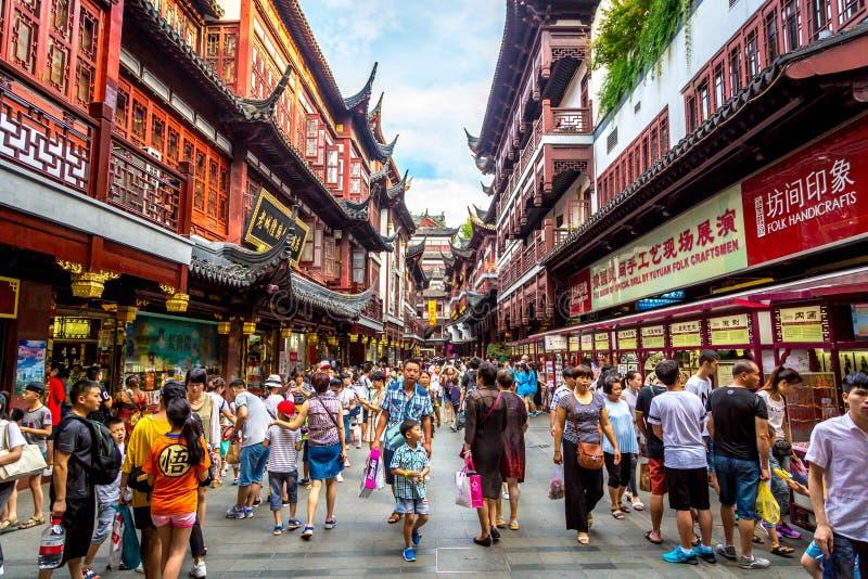 Shanghai, Kina - Juli 21st 2016 - lokal och turister som tycker om en varm sommardag i i stadens centrum Shanghai i Kina, Asien arkivfoto