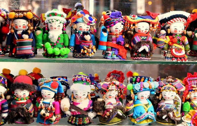 SHANGHAI KINA - Maj 7, 2017 - handgjorda dockor säljs som souvenir från Kina i nationell kläder arkivfoton
