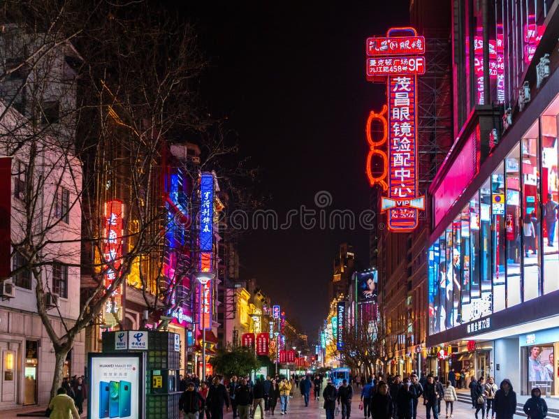SHANGHAI KINA - 12 MARS 2019 – natt/Evening sikt av ljusen, shopparna och gångarna längs Nanjing den östliga vägen Nanjing arkivbilder