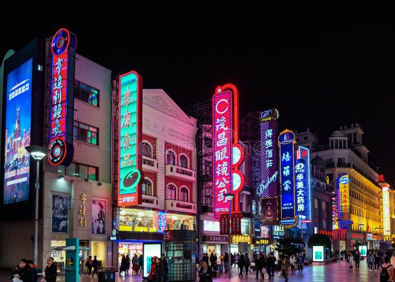 SHANGHAI KINA - 12 MARS 2019 - nattplatssikt av de neonljusen, shopparna och gångarna längs Nanjing den östliga vägen Nanjing arkivbild