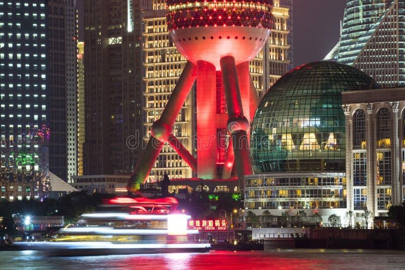 Shanghai Kina stadshorisont på natten royaltyfri bild