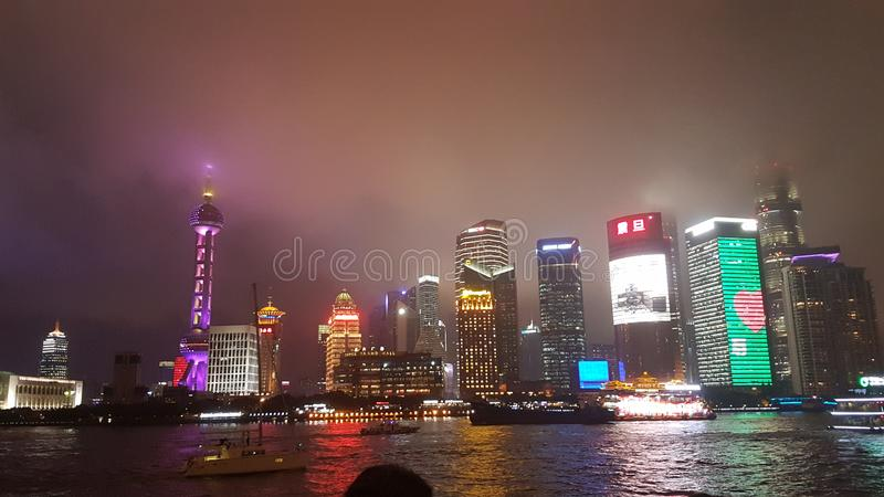 Shanghai leuchtet der Nacht stockbild