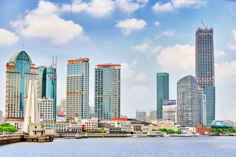 SHANGHAI-MAY 24, 2015 Linia horyzontu widok od Bund nabrzeża na Pudo obrazy royalty free
