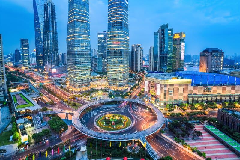 Shanghai midtown i skymning royaltyfri bild