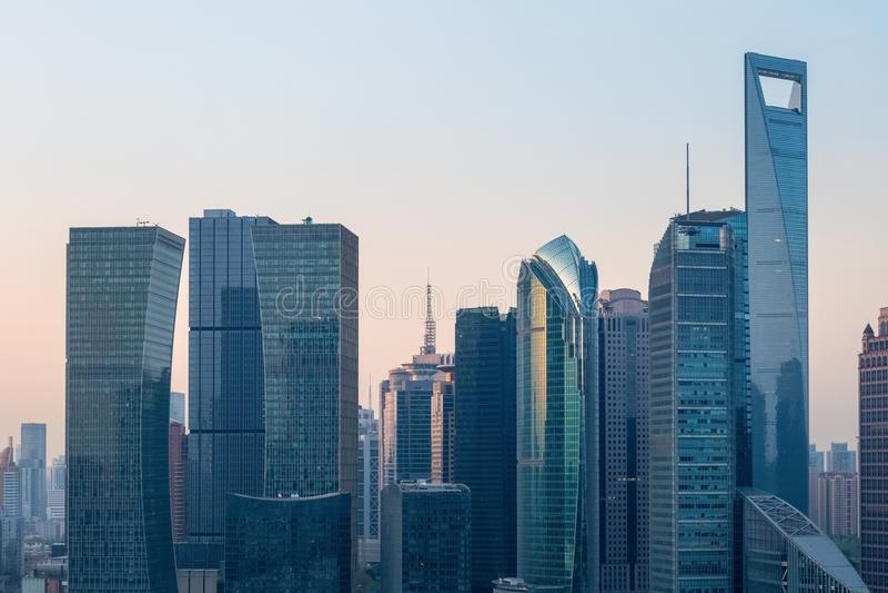 Shanghai modern byggnad i otta arkivfoto