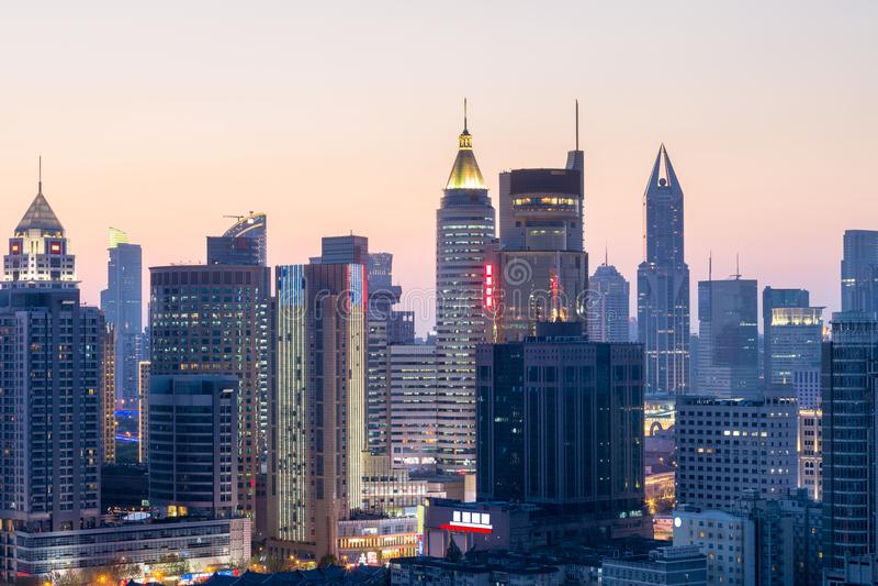 Shanghai modern byggnad i solnedgång royaltyfria foton