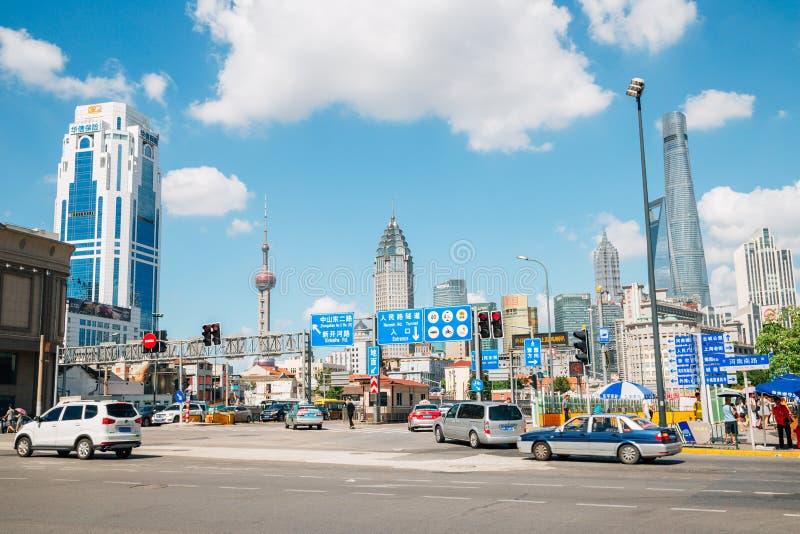 Shanghai modern byggnader och gata i Kina royaltyfri fotografi