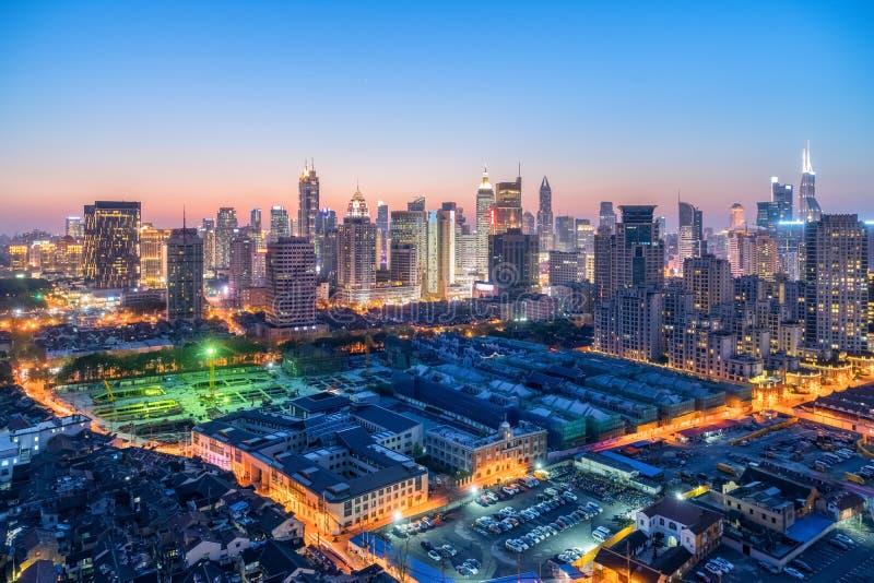 Shanghai modern byggnadshorisont i skymning royaltyfri foto