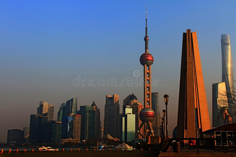 Shanghai, monumento dos heróis do pessoa Pudong Pushi, Lu Jia Zui no fundo 2 imagens de stock royalty free