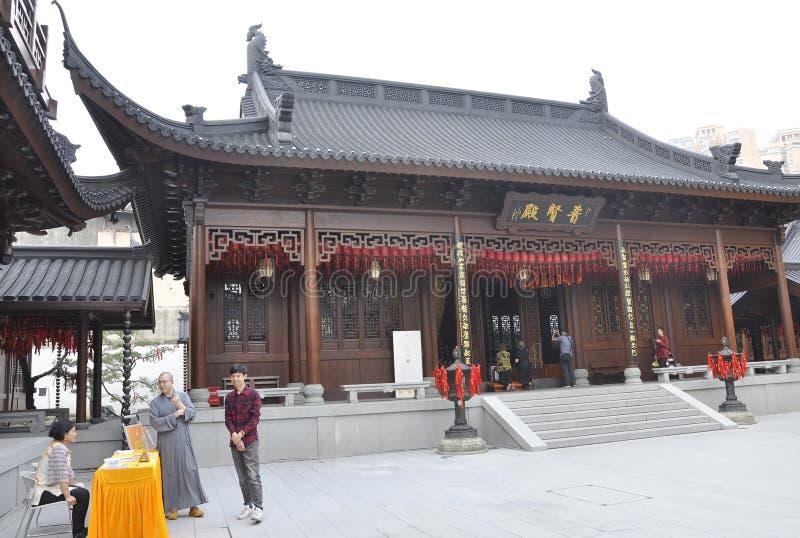 Shanghai 2nd kan: Touristic handbokställning från den Jade Buddha Temple borggården i Shanghai fotografering för bildbyråer
