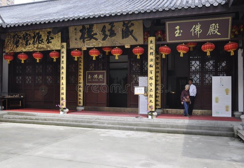 Shanghai 2nd kan: Turister som besöker Jade Buddha Temple i Shanghai royaltyfria foton
