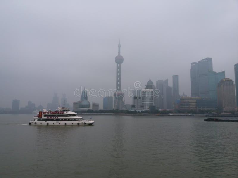 Shanghai nella nebbia fotografia stock