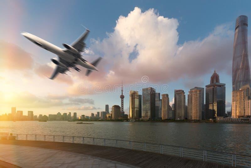 Shanghai& x27; s城市地平线和航空器 库存照片