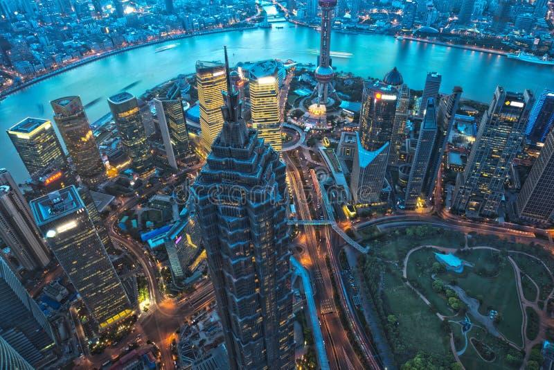 Shanghai skyskrapa på natten arkivbild