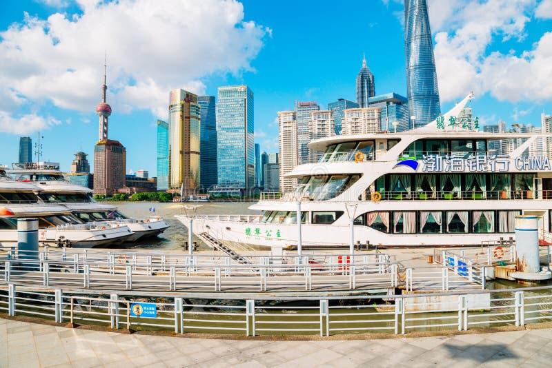 Shanghai stadssikt med österlänningpärlatornet och Huangpu River i Kina arkivfoton
