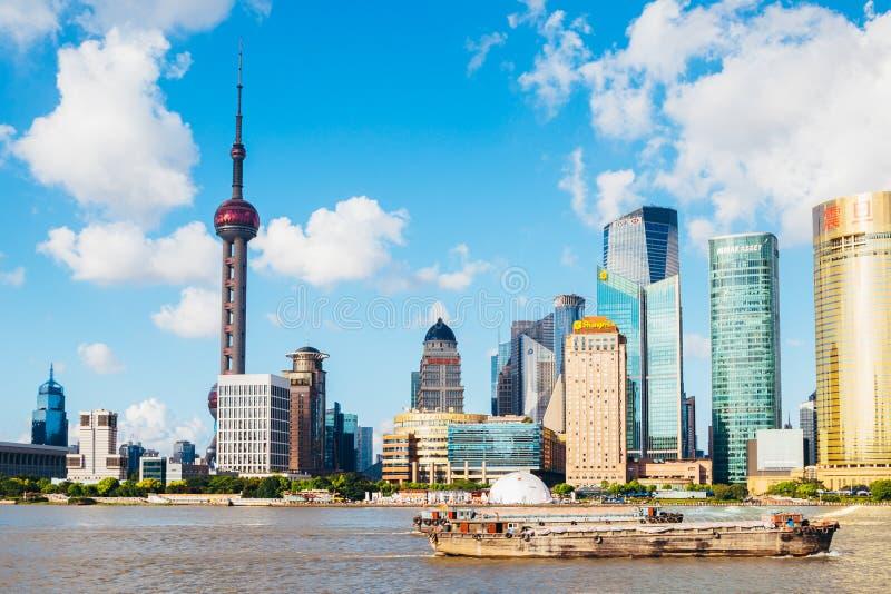 Shanghai stadssikt med österlänningpärlatornet och Huangpu River i Kina royaltyfri fotografi