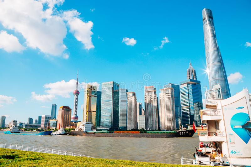 Shanghai stadssikt med österlänningpärlatornet och Huangpu River i Shanghai, Kina arkivbilder