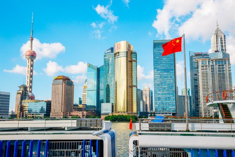 Shanghai-Stadtansicht mit dem orientalischen Perle Turm und Huangpu-Fluss in China stockbilder