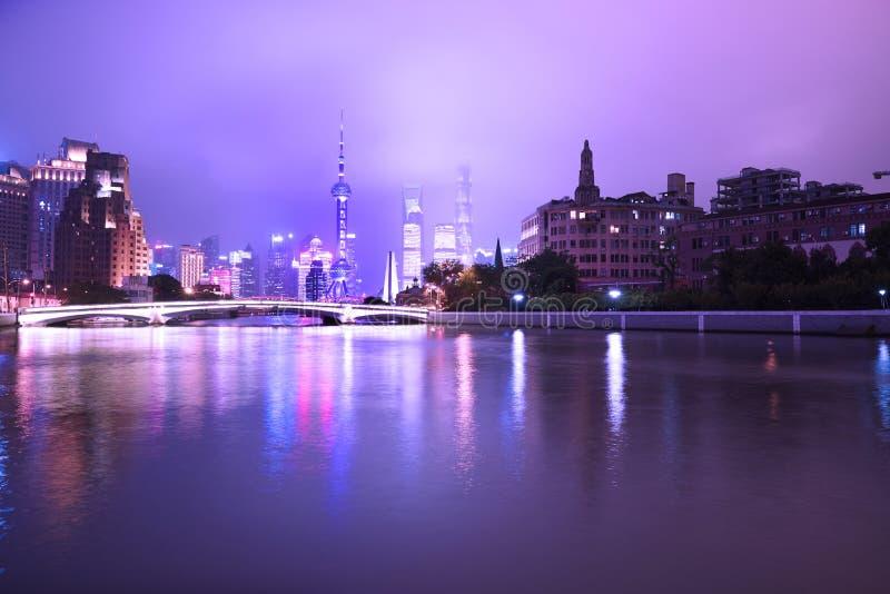 Shanghai-Stadtbild in der purpurroten Nacht stockfotos
