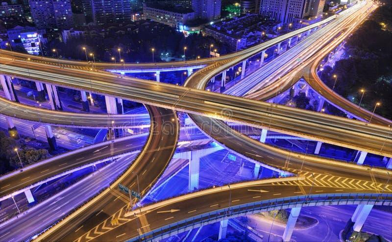 Shanghai trafik på natten royaltyfria bilder