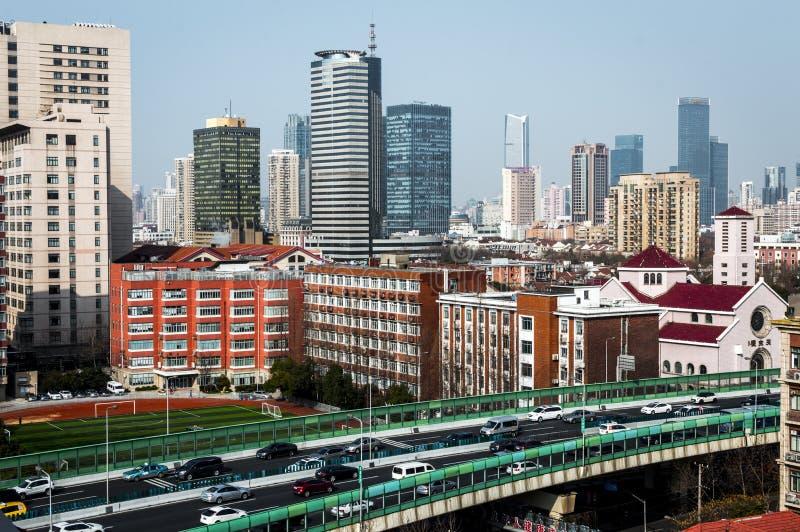 Shanghai upptagen trafik med färgglade skyskrapor arkivfoton