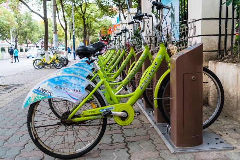 SHANGHAIEN, KINA - APRIL 2017: Grön offentlig bycicle royaltyfria foton