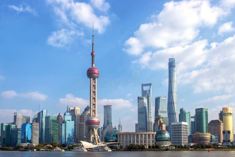 Shanghais Pudong-skylin på en solig dag royaltyfri foto
