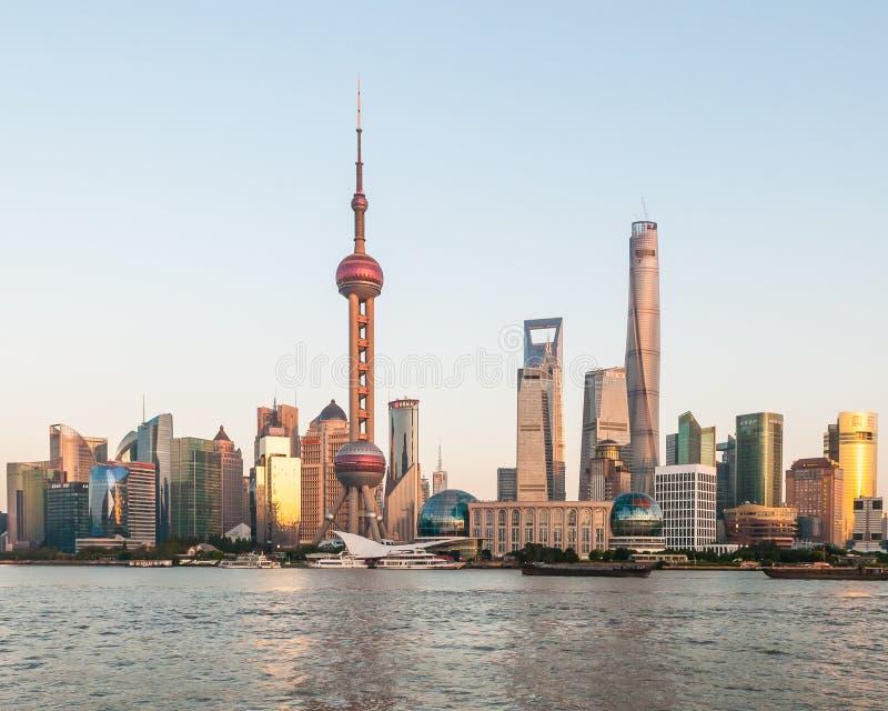 Shanghia horisont på solnedgången royaltyfri fotografi
